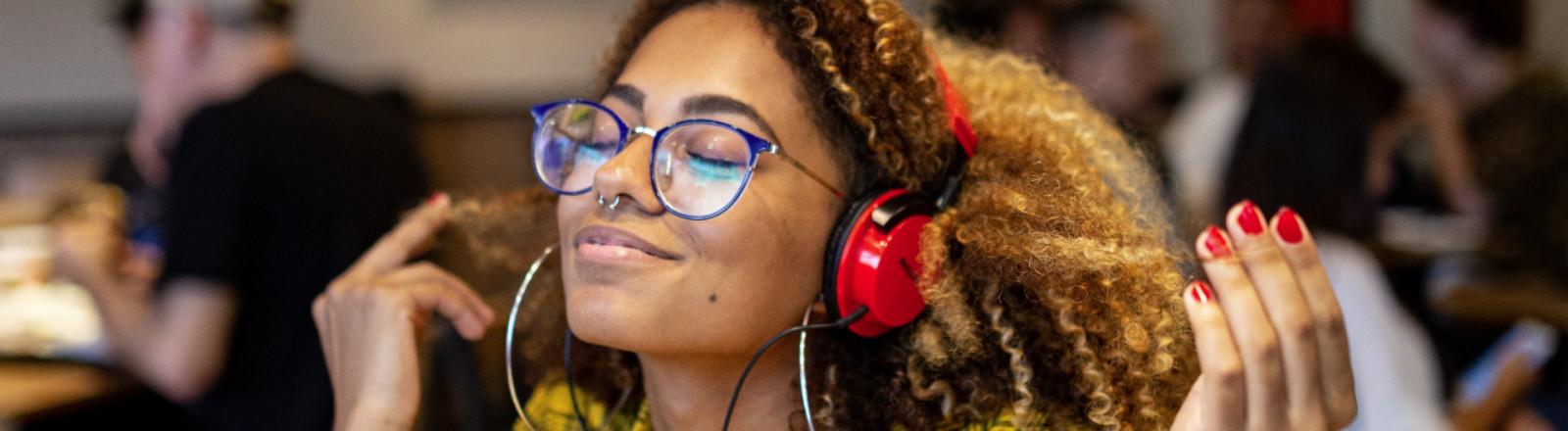 Frau hört Musik und ist glücklich
