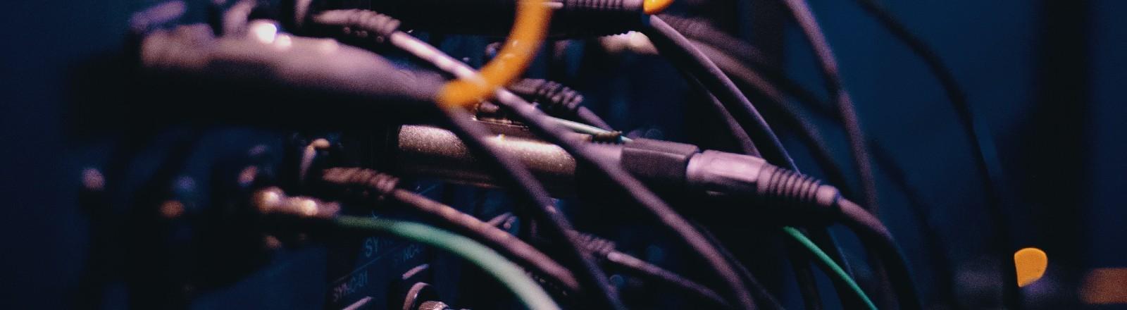 Kabel, die von einem Server weghängen