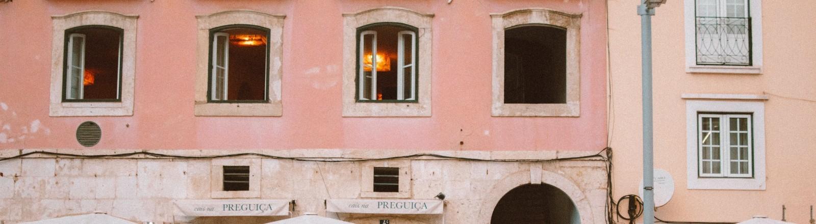 Eine Häuserfront in Lissabon