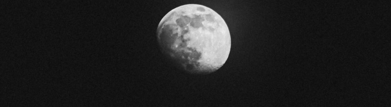 Eine schwarz-weiß Fotografie des Mondes