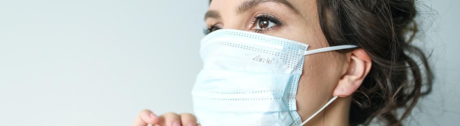 Eine Frau zieht ihre Maske