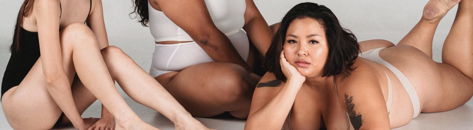 Drei Frauen in Unterwäsche