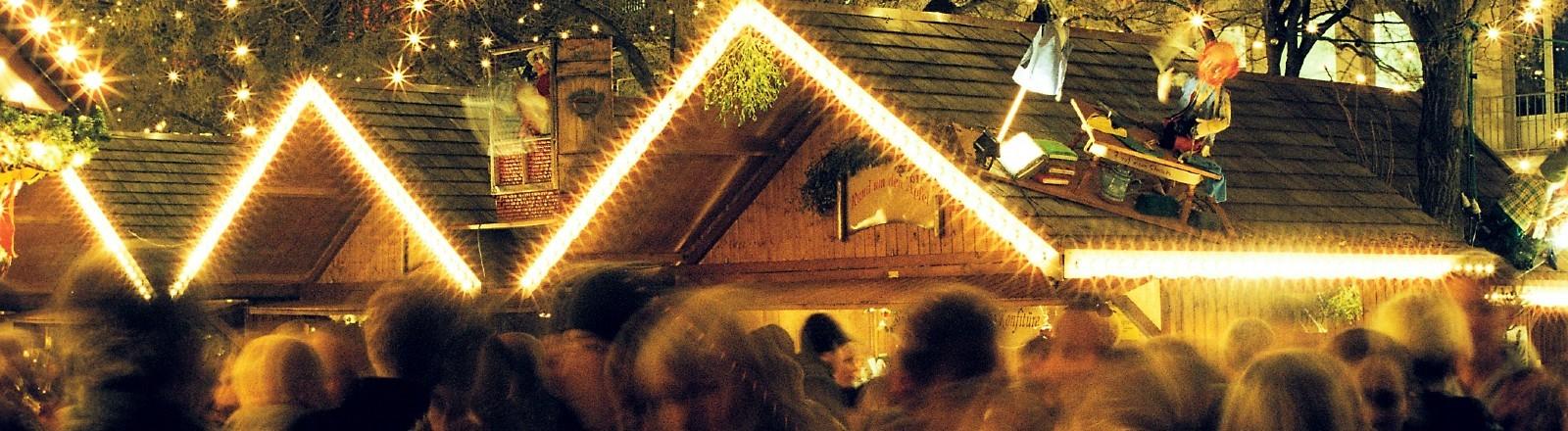 Beleuchtete Häuser auf einem Weihnachtsmarkt