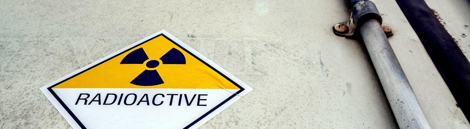 Ein Schild mit Warnhinweis auf Radioaktivität
