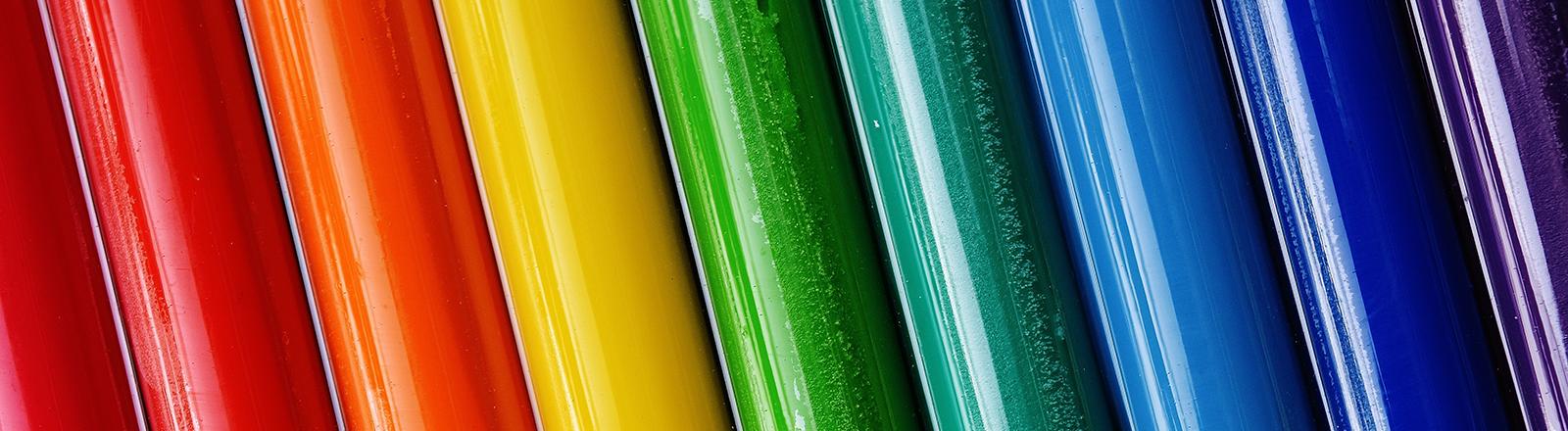 Plastikstrohhalme in Regenbogenfarben