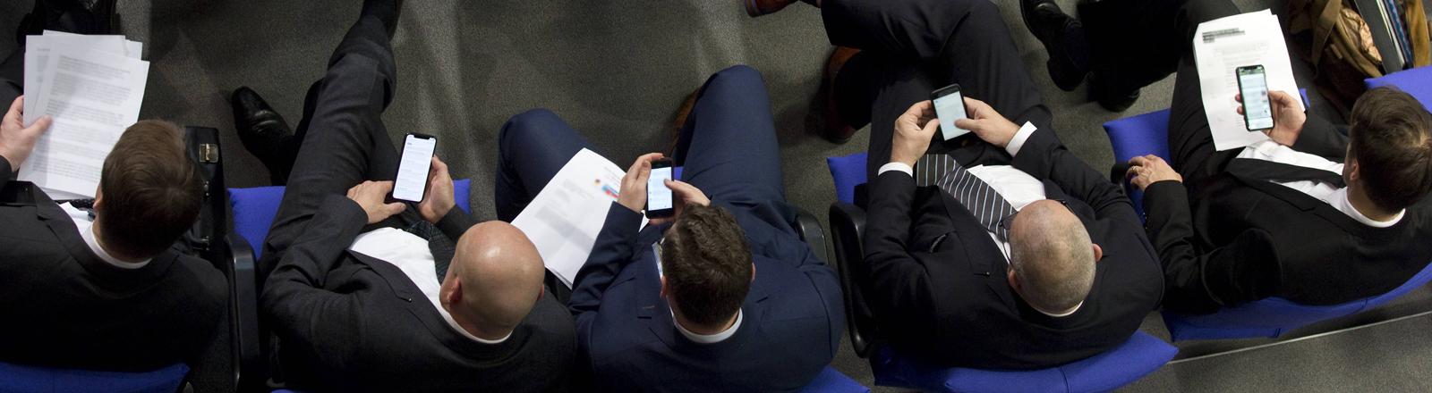 Deutschland, Berlin, Bundestag, 7. Sitzung, Wahl des Parlamentarisches Kontrollgremium, Abgeordnete der AfD Fraktion mit Smartphones,
