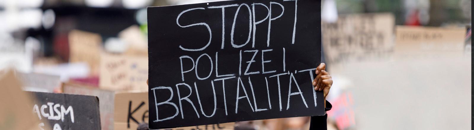 """Protestschild mit der Aufschrift """"Stoppt Polizei-Brutalität"""""""