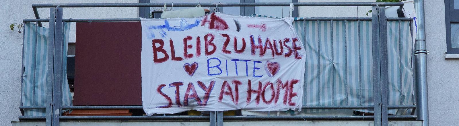 """Balkon mit Poster """"Bleib zu Hause Bitte"""""""