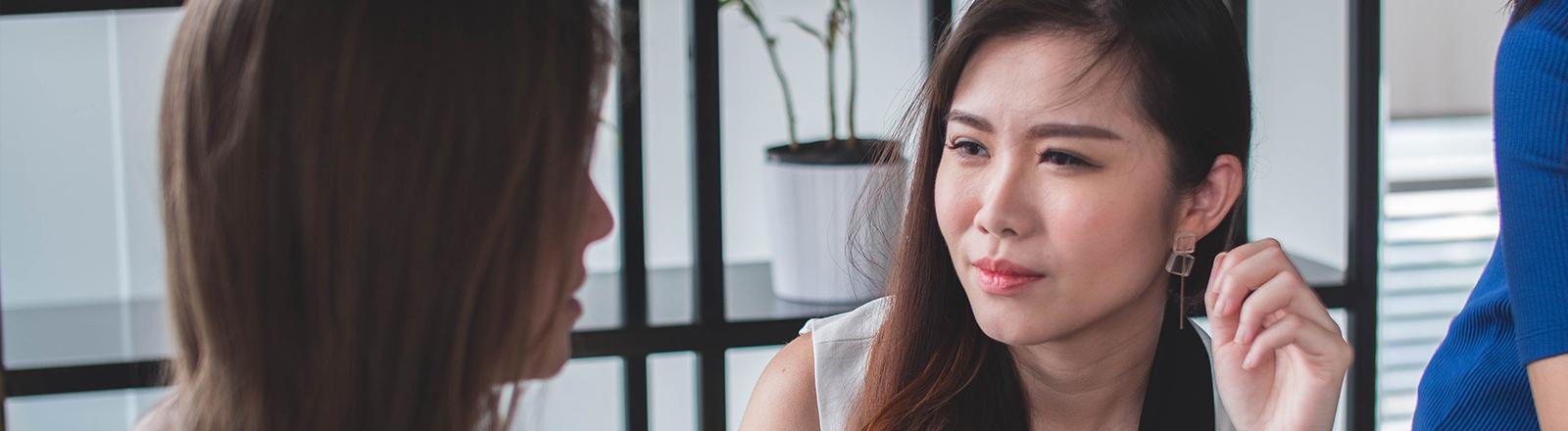Frau, die zweifelnd ihre Gesprächspartnerin anguckt