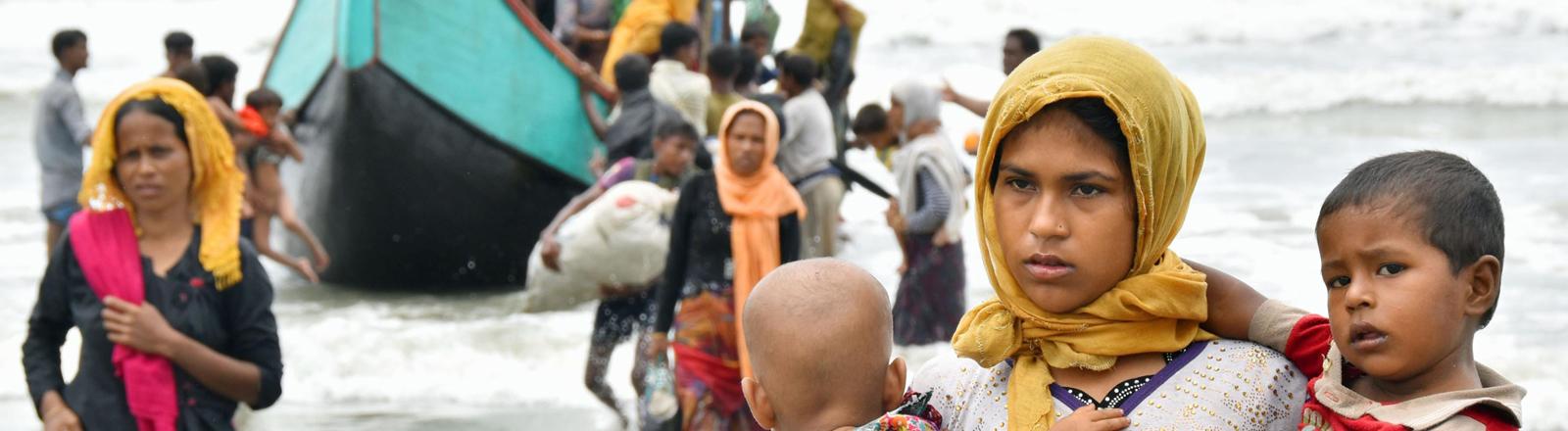 Rohingya fliehen per Schiff