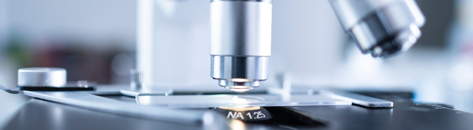 Ein Mikroskop aus dem Labor