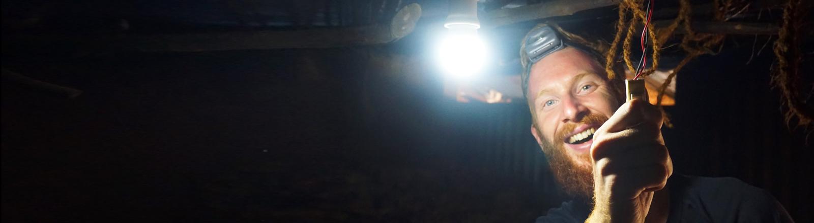 Sebastian Haffner installiert Licht in einer Schule in Nordvietnam
