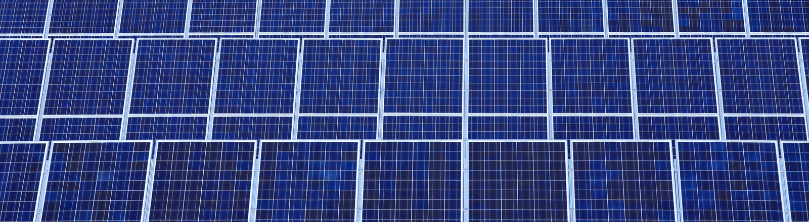 Solarkraftwerk, endlose Solarpaneele, Symbolbild
