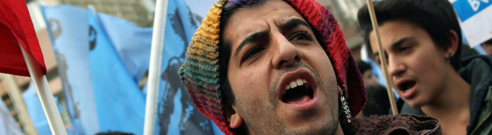 türkischer Student bei Protesten