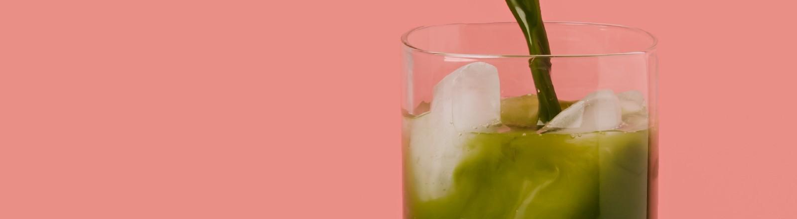 Grünes Getränk mit Eiswürfeln