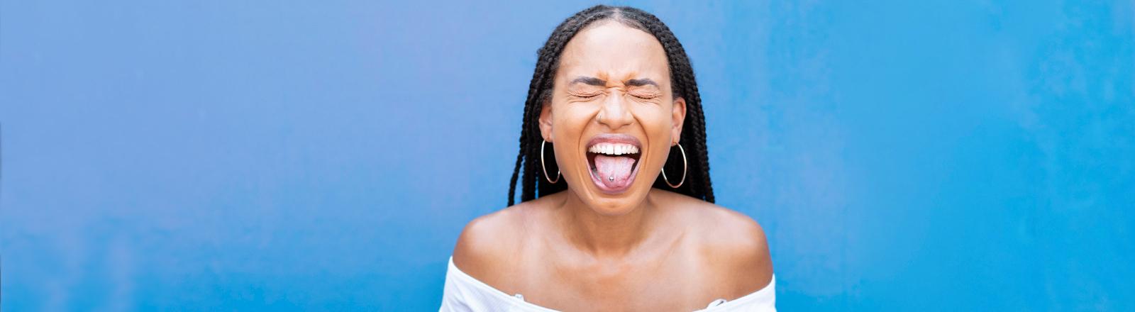 Eine Frau streckt ihre Zunge raus