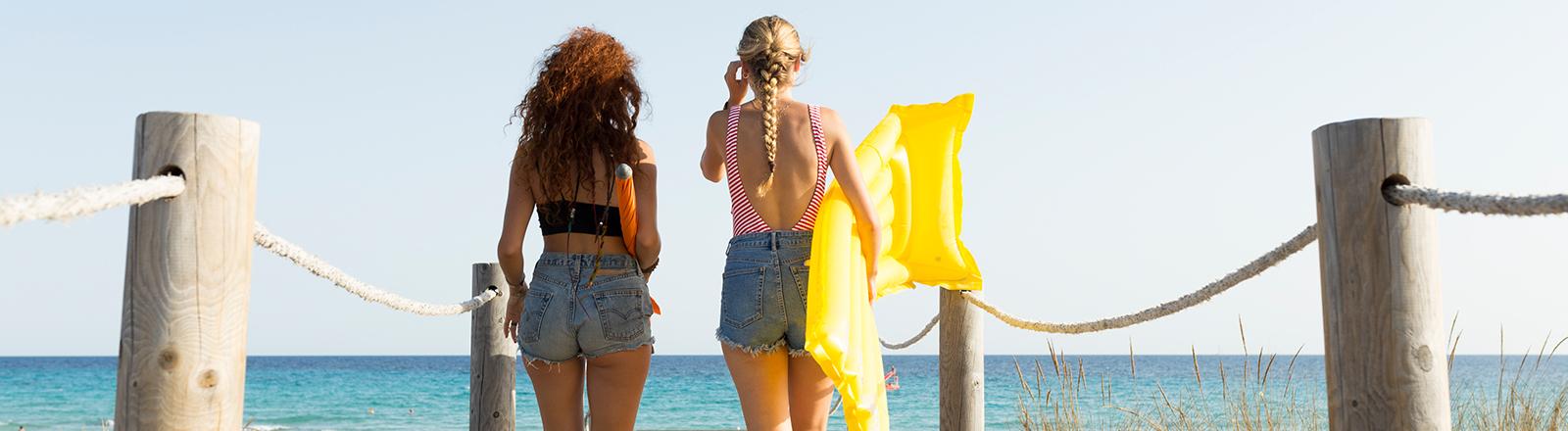 Zwei Frauen gehen zum Strand