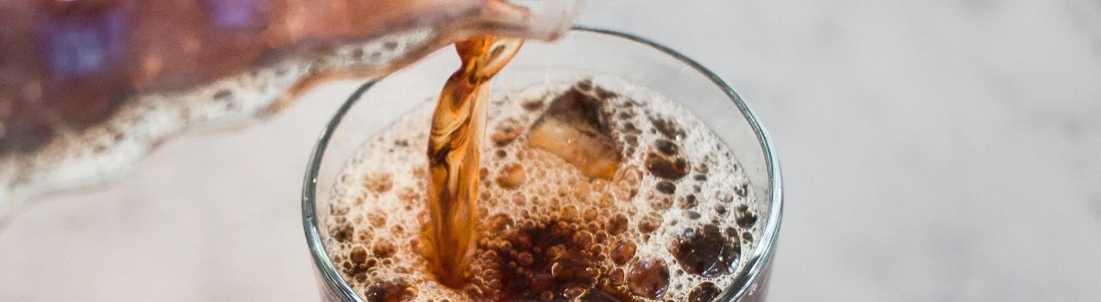 Cold Brew Kaffee wird aufgegossen