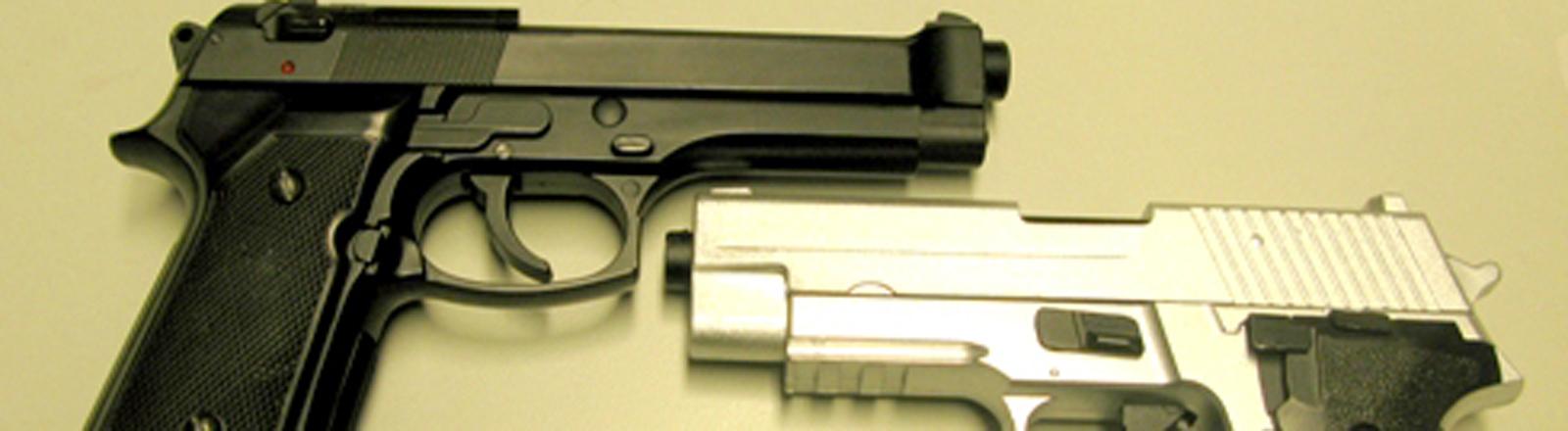 Zwei Pistolen